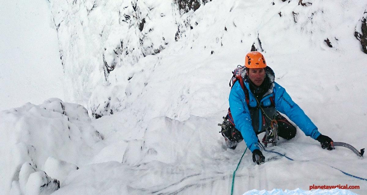Escalando Adrenaline (Gavarnie), una buena chaqueta y pantalón con membrana tipo Gore-Tex hará que escalemos mucho más tranquilos